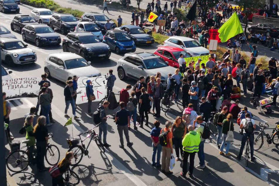 Stuttgart: Klima-Aktivisten blockieren Straßen: Stuttgarter Feierabend-Verkehr betroffen