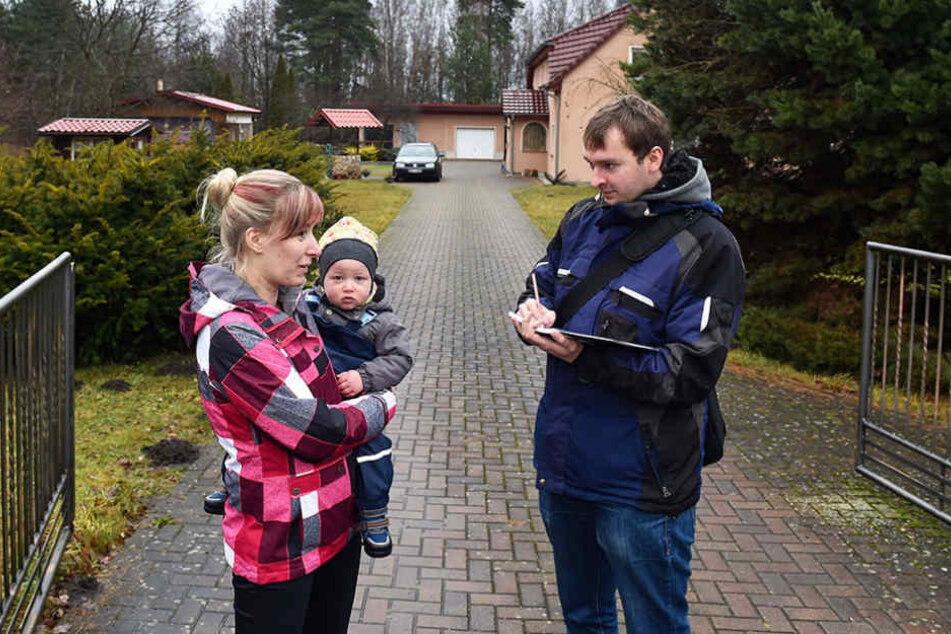 Augenzeugin Karolin Scharf (27) informiert Redakteur Hermann Tydecks (33).