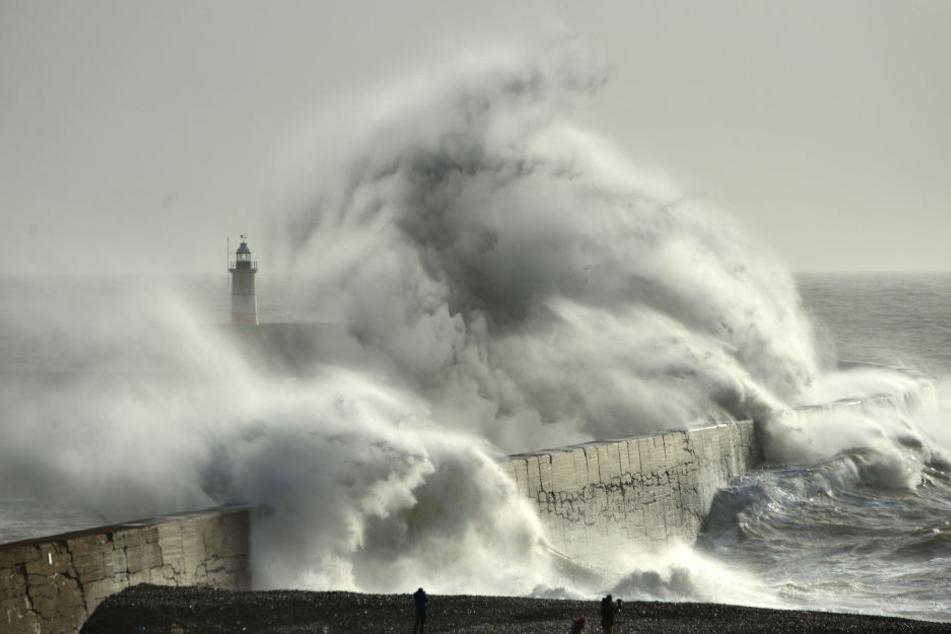 """Vergangene Woche hatte der Sturm """"Eleanor"""" (im Bild: Der Sturm tobt an der Küste von Großbritannien) Frankreich heimgesucht und für Hochwasser gesorgt."""