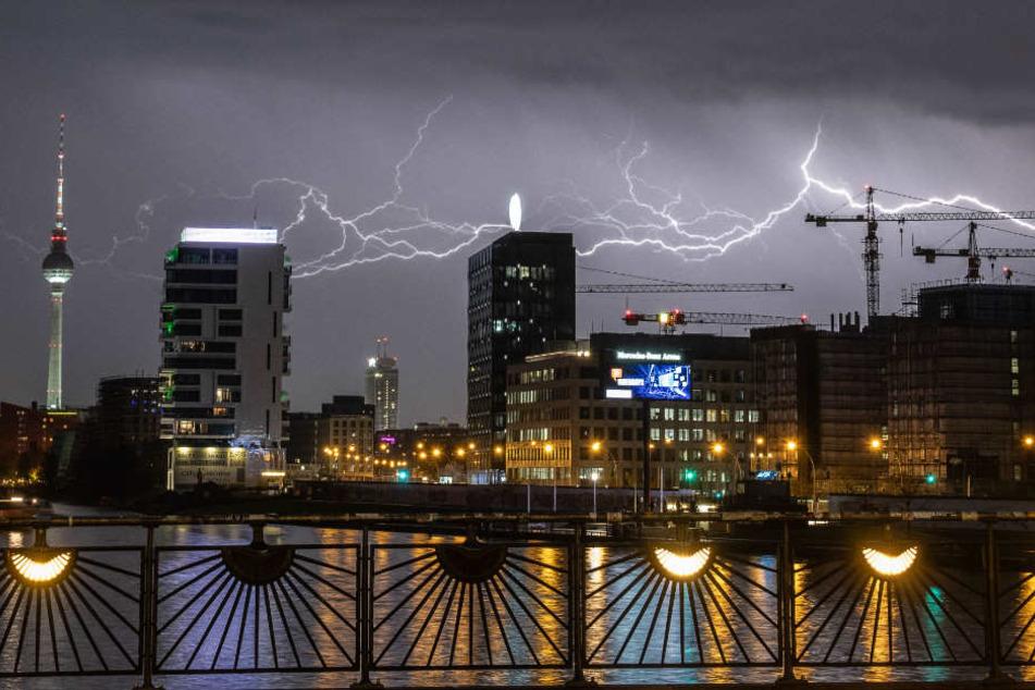 Von der Oberbaumbrücke schön zu erkennen: Blitze über Berlin.
