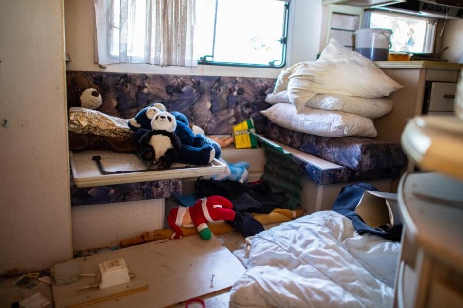 Das Pflegekind musste in der völlig verwahrlosten Parzelle des Campers leben.