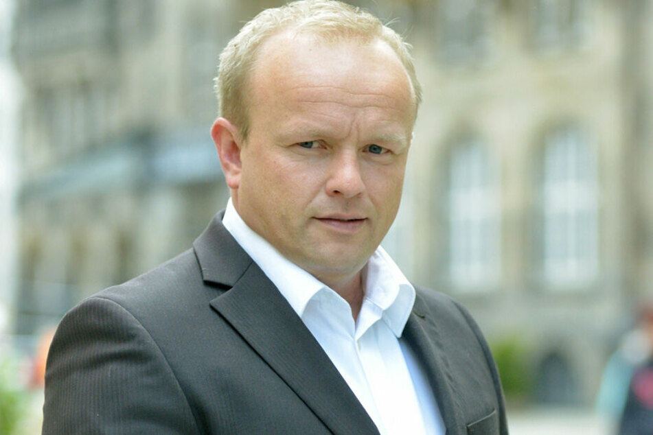 Stadtrat Falk Müller (42, AfD) erkundigte sich im Rathaus, wie es um das zerstörte Mahnmal steht.