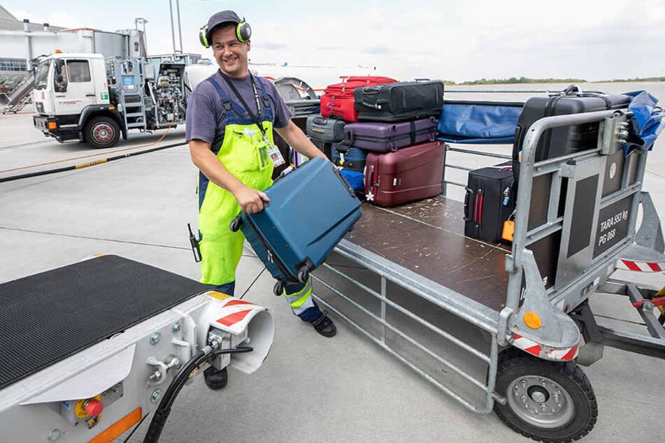 Hat schon Jagdwaffen, Labor-Mäuse und einen aus der Box ausgebüxten Pitbull verladen: Oberlader Marco Kempe (38) hievt einen der insgesamt 160 Koffer aufs Förderband zur Teneriffa-Maschine.