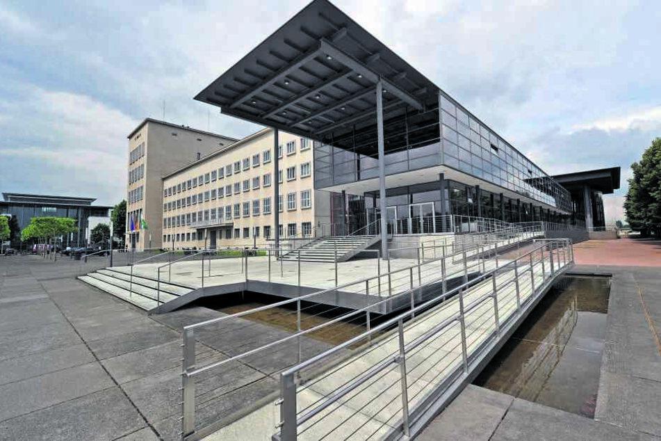 Der Sächsische Landtag besteht aus einem Neubautrakt (vorn) von 1994 und einem Altbau, der aus dem Jahr 1928 stammt, damals aber noch anders genutzt wurde.