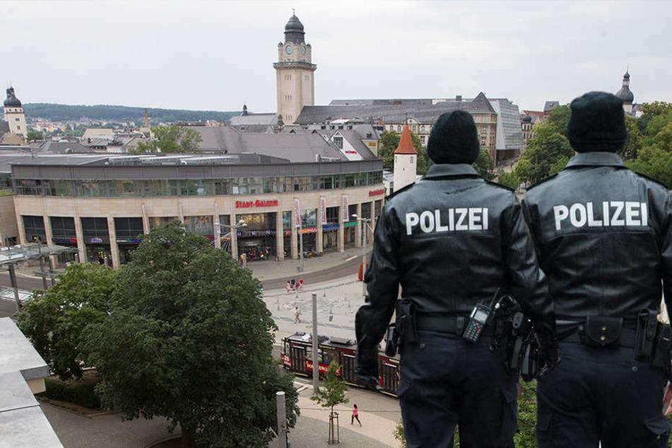 Auf dem Postplatz in Plauen gab es eine heftige Auseinandersetzung mit mehreren Verletzten. (Bildmontage)