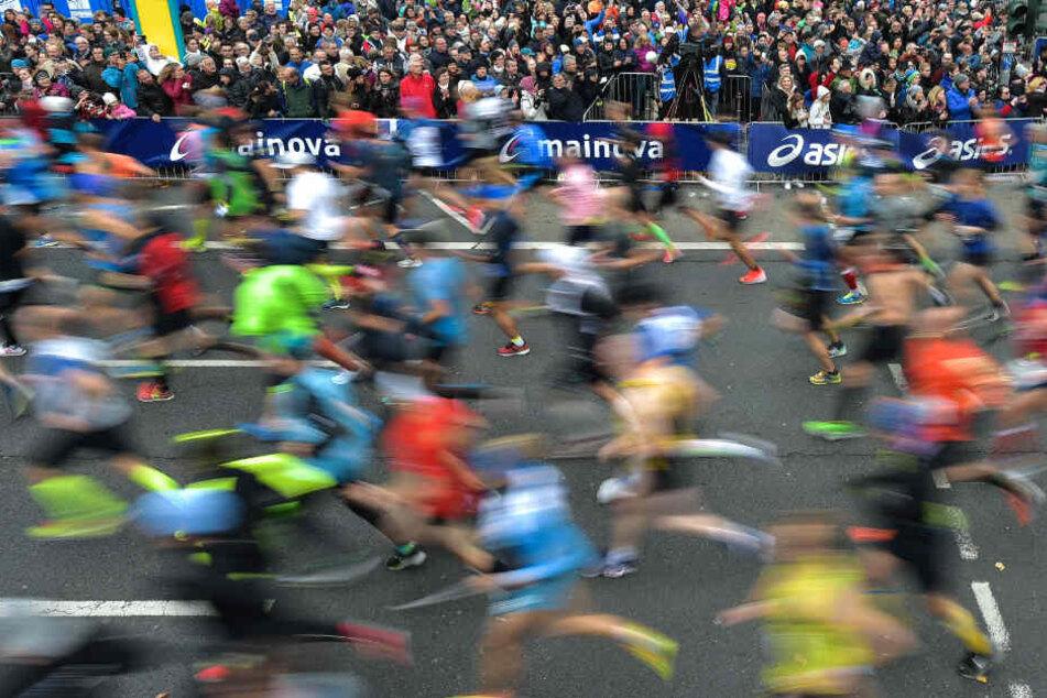 Das Foto zeigt Läuferinnen und Läufer beim Frankfurt-Marathon 2018.