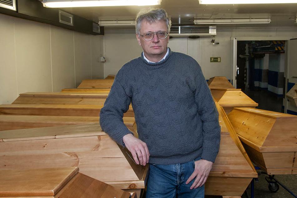Krematoriums-Chef Jörg Schaldach (54) muss mit seinen Mitarbeitern Sonderschichten schieben.