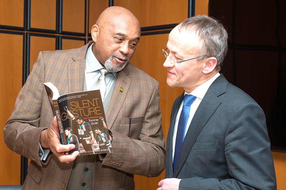 Im Stadtbuch verewigt: Tommie Smith (73, l.) bekommt am Wochenende den Dresdner Friedenspreis. Vorab empfing ihn Bürgermeister Peter Lames (53) im Rathaus.