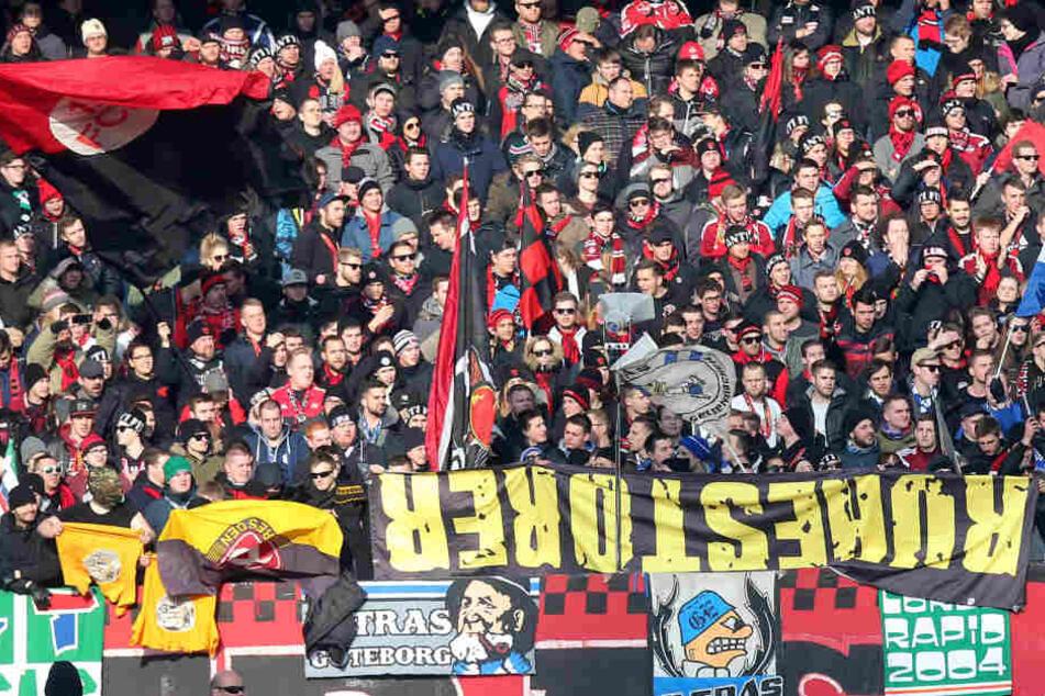 """Geklaute """"Ruhestörer""""-Fahne von Dynamo-Fan in Nürnberg aufgetaucht"""