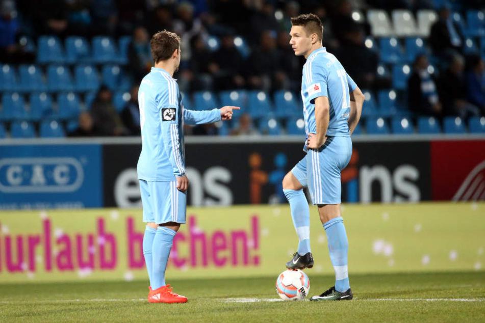 Am Mittwochabend bekam Daniel Frahn (r.) im Heimspiel gegen Paderborn einen Schlag auf die Wade.