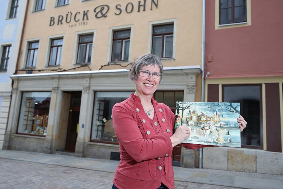 Annette Brück (61) vor ihrem Haus in Meißen. Im Erdgeschoss der leere Laden, darüber die Verlagsräume. Beide Firmen laufen getrennt und können einzeln und unabhängig voneinander übernommen werden.