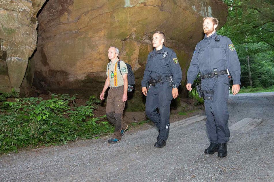 Nationalpark-Ranger Steffen Eissner mit zwei Polizeibeamten während des Einsatzes.