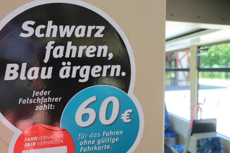Wer ohne gültigen Fahrschein unterwegs ist, muss in den öffentlichen Nahverkehrsmitteln 60 Euro Strafe zahlen. (Archivbild)