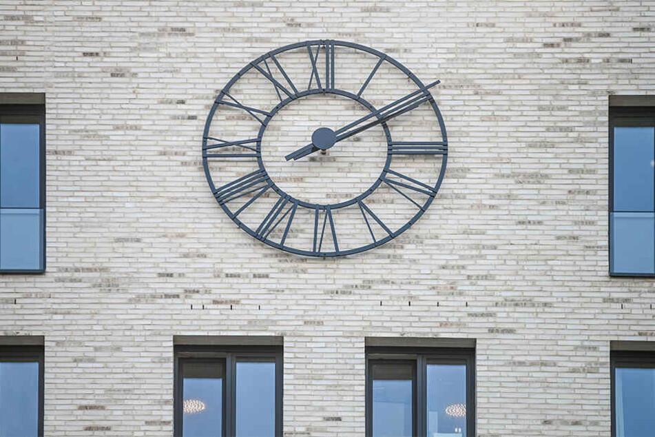 """Die runde Uhr am """"Haus Postplatz"""" ist ein echter Blickfang."""