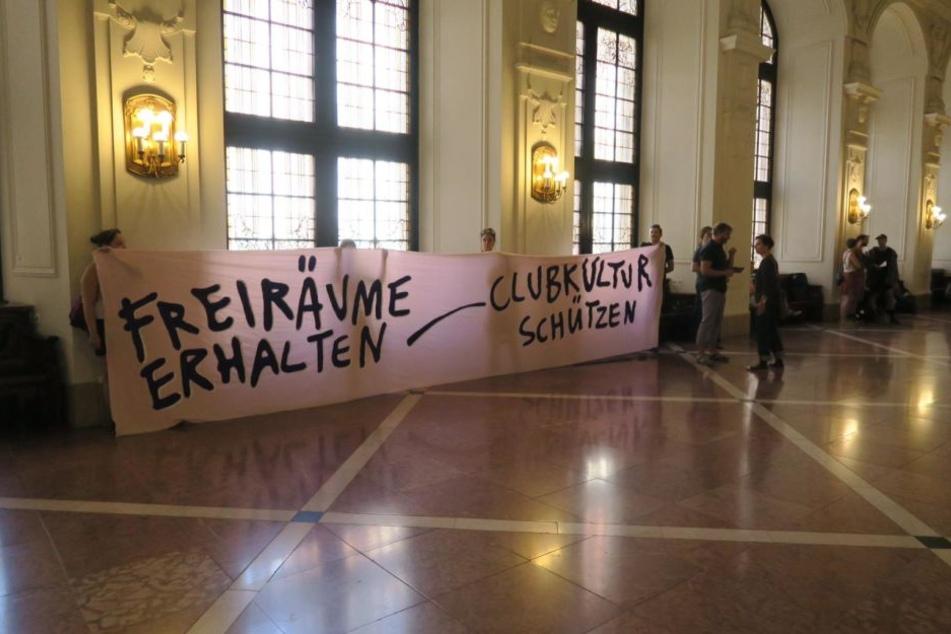 Im Neuen Rathaus wurde am Mittwoch ein großes Banner gezeigt.