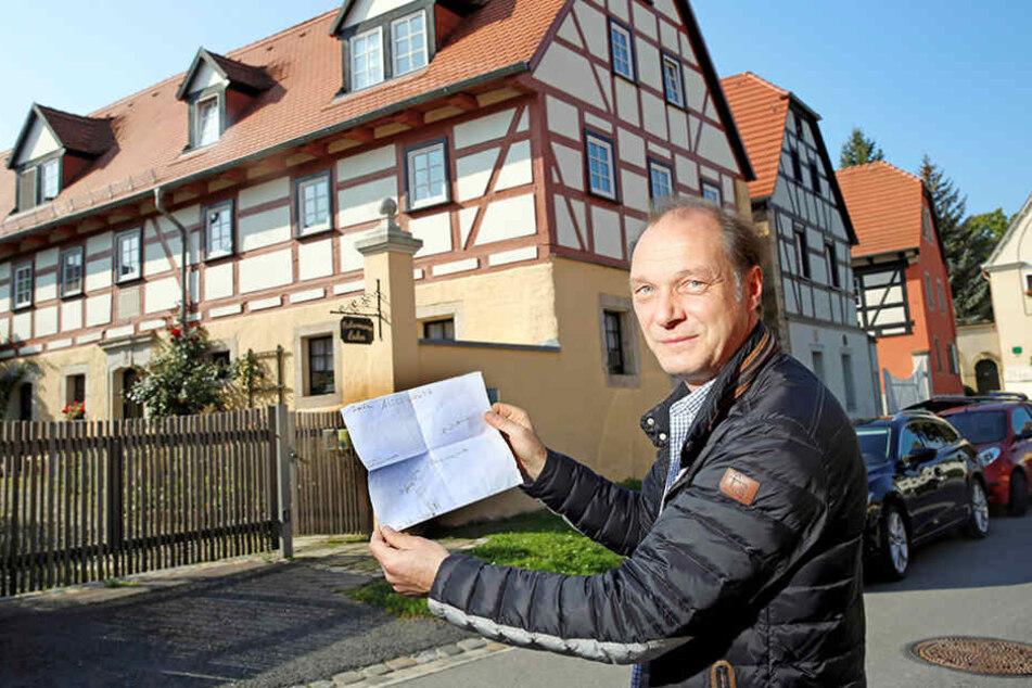 """Kommt aus Dresden und dreht in Dresden: Martin Brambach (49), Chef der  Dresdner """"Tatort""""-Mordkommission, vor seinem Geburtshaus in Altcoschütz."""