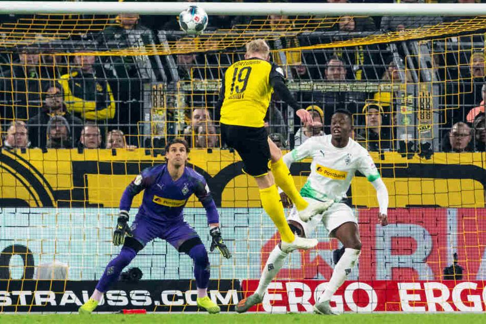 Nun trifft er sogar per Kopf! Normalerweise ist BVB-Angreifer Julian Brandt (M.) alles andere als ein Kopfballungeheuer. Doch gegen Gladbach traf er so zum Sieg.