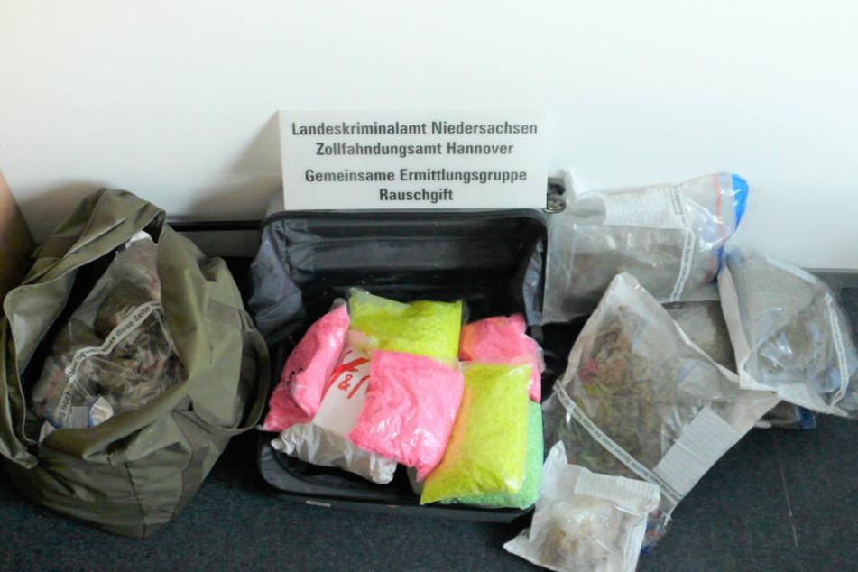 Fette Beute: Die Polizei stellte bei der Kontrolle rund zwölf Kilo Marihuana und 58 Kilo synthetische Drogen sicher.