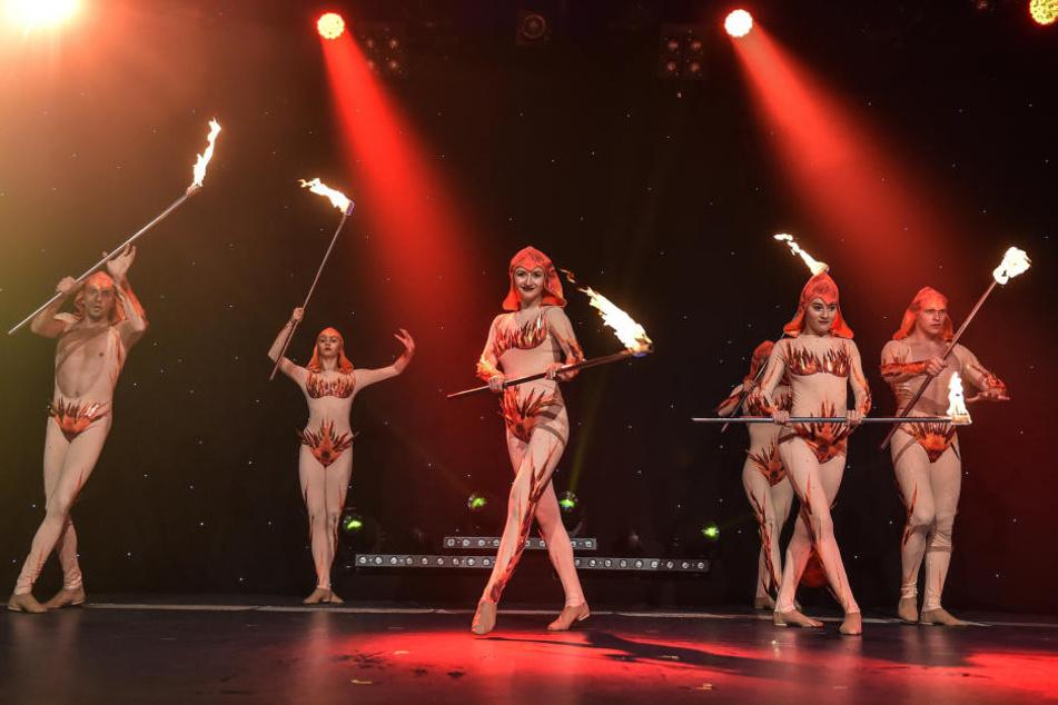 """Die Bühne steht in Flammen: Die """"Sarrasani Dancers"""" brennen für ihre  Show."""