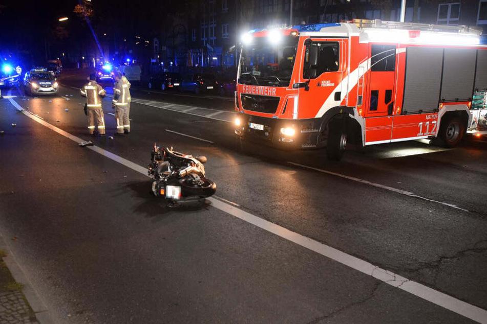 Der Motorradfahrer kam in einer Linkskurve von der Fahrbahn ab, prallte gegen einen Baum und einen Schutzpfosten.