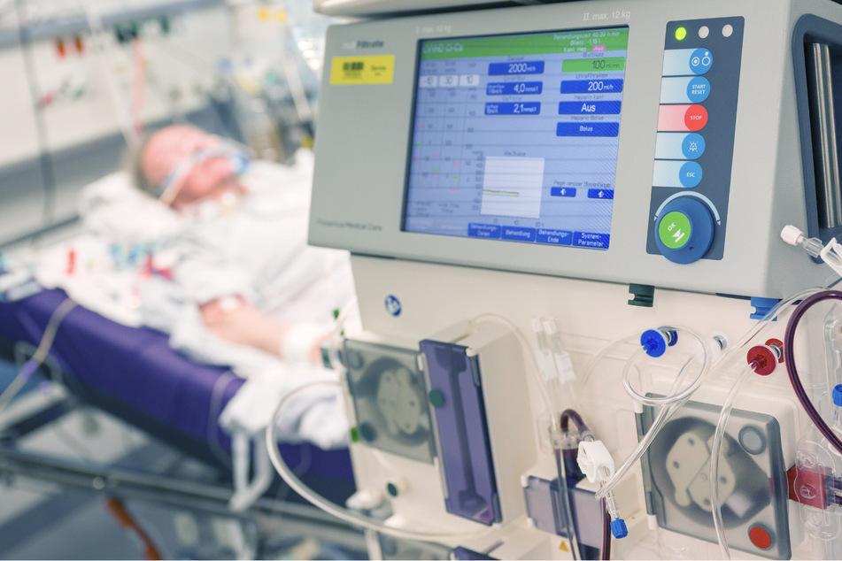 Ein Patient liegt während seines Aufenthalt in einem Krankenhaus in einem Intensivzimmer an einem Beatmungsgerät und einem Dialysegerät. (Archivbild)