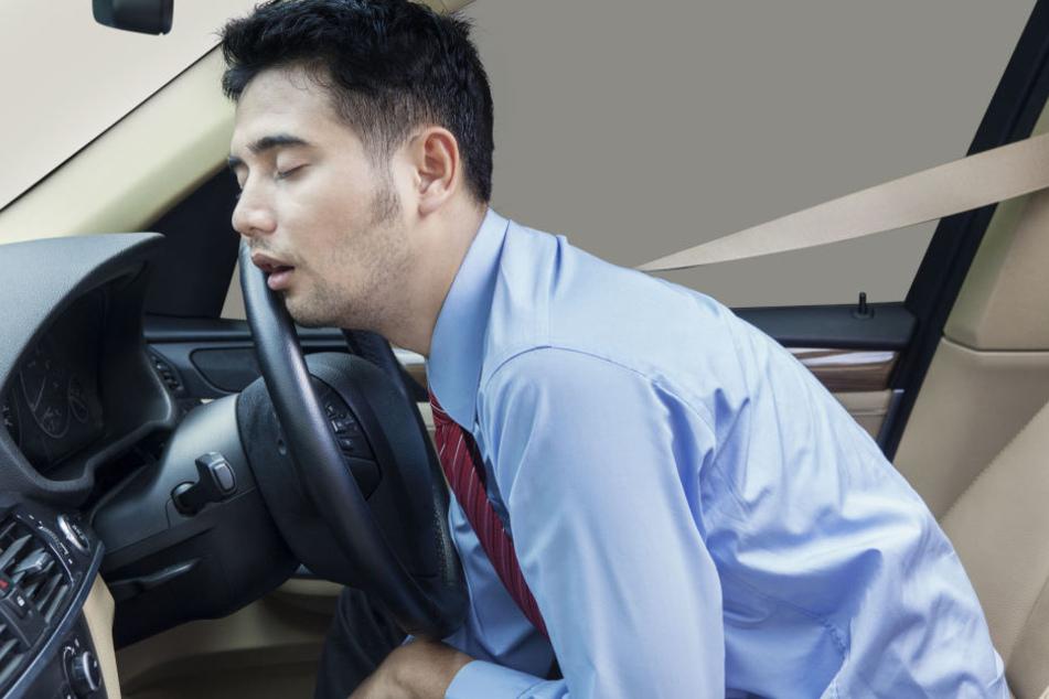 Der Autofahrer schlief für einen Moment am Steuer ein. (Symbolbild)