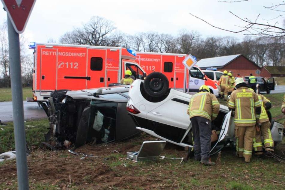 Während ein Wagen auf dem Dach liegen blieb, landete der andere auf der Fahrerseite.