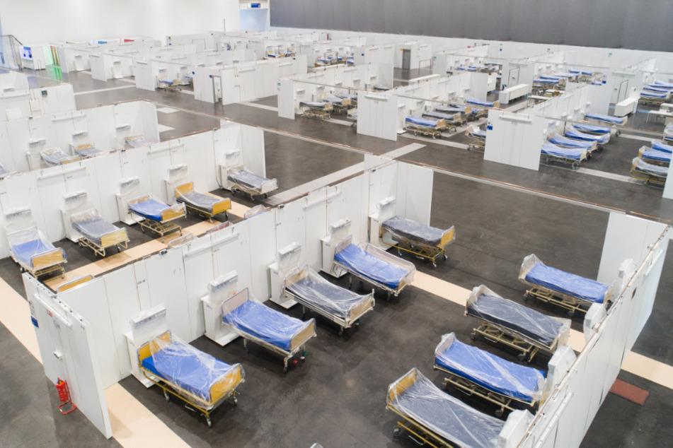 Hannover: Krankenhausbetten stehen in einer Messehalle auf dem Messegelände Hannover. Messegesellschaften würden ihre Hallen lieber mit Besuchern füllen.