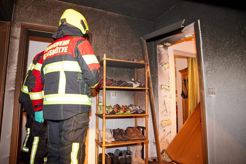 Die Einsatzkräfte löschten den Wagen. Im Gebäude entstand infolge der Flammen ein erheblicher Schaden.