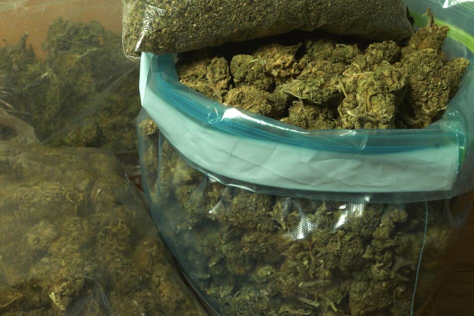 Die Drogen waren in einer Kunststofftüte hinter der Seitenverkleidung des Kofferraums versteckt. (Symbolbild)