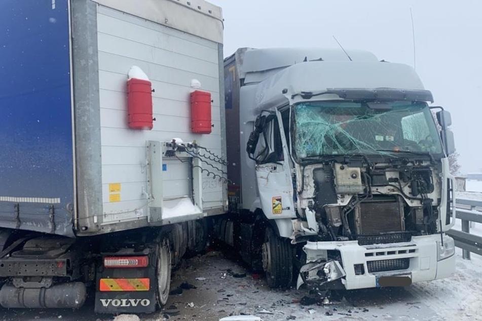 Unfallserie auf A2: Lastwagen kollidieren, dann rutscht Auto in Unglücksstelle