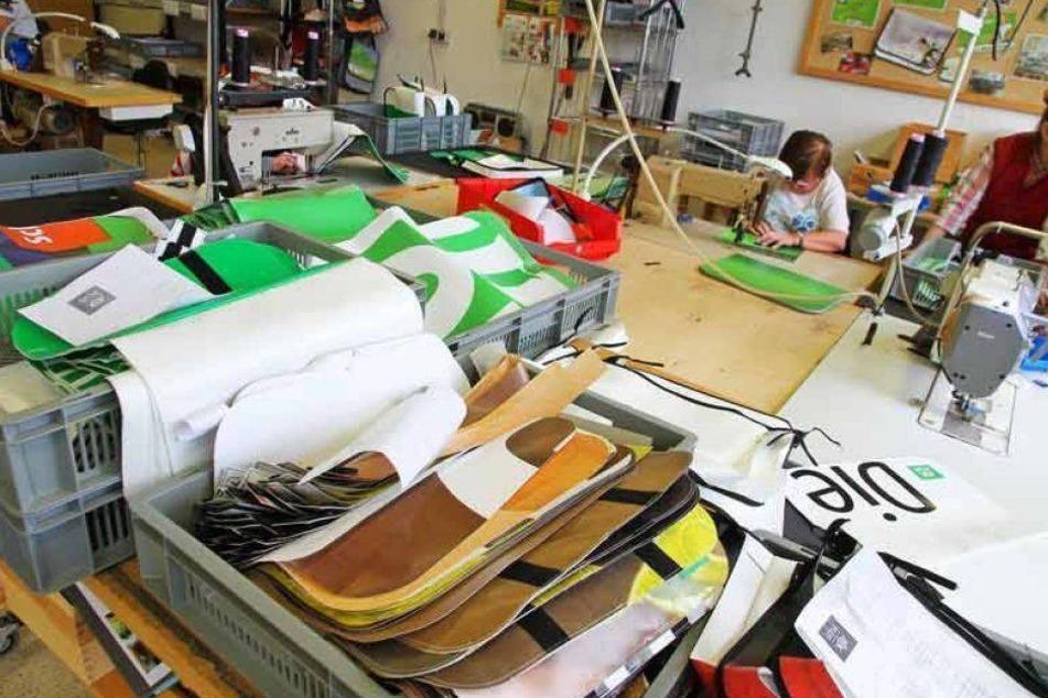 In dieser Werkstatt von Comebags werden in Bruchsal die AOK PLUS Taschen gefertigt.
