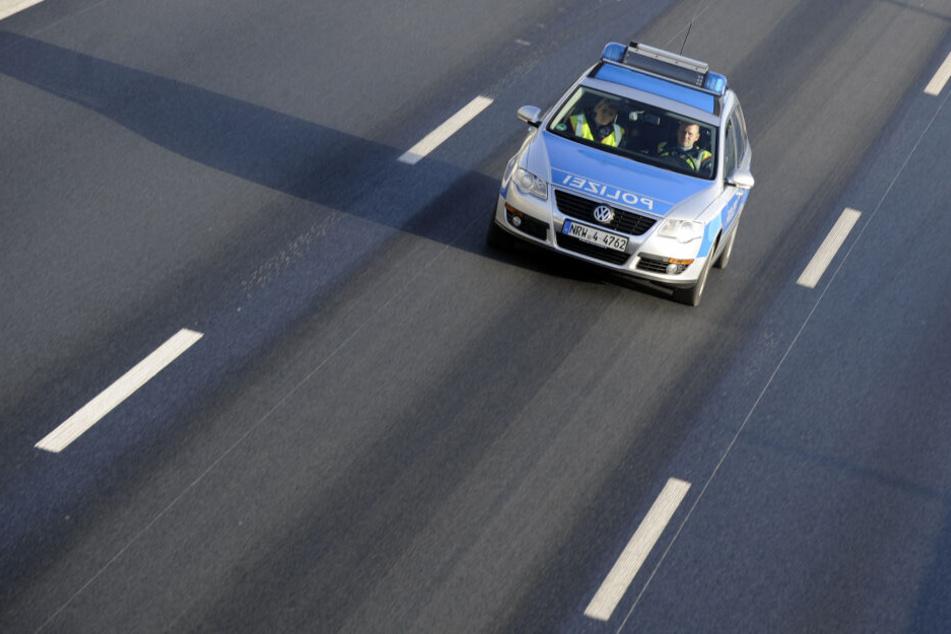 Ein Polizeifahrzeug fährt auf der Autobahn.