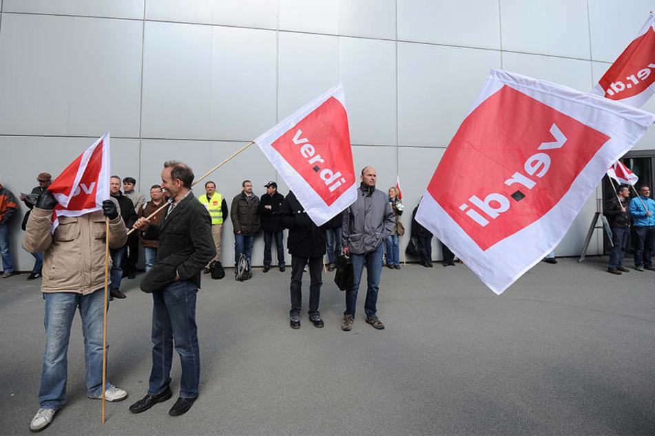 Die Mitarbeiter streiken nach der ergebnislosen Tarifverhandlung am vergangenen Donnerstag.