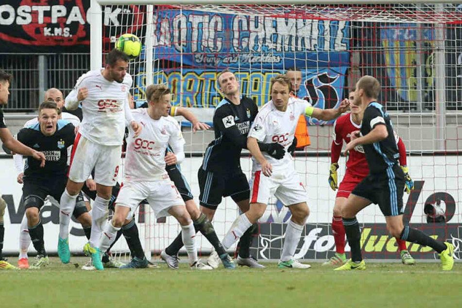 Mit dem Hinterkopf erwischte Fabian Eisele die Freistoßflanke von Rene Lange. Der Ball landete - nicht unhaltbar - im Netz.