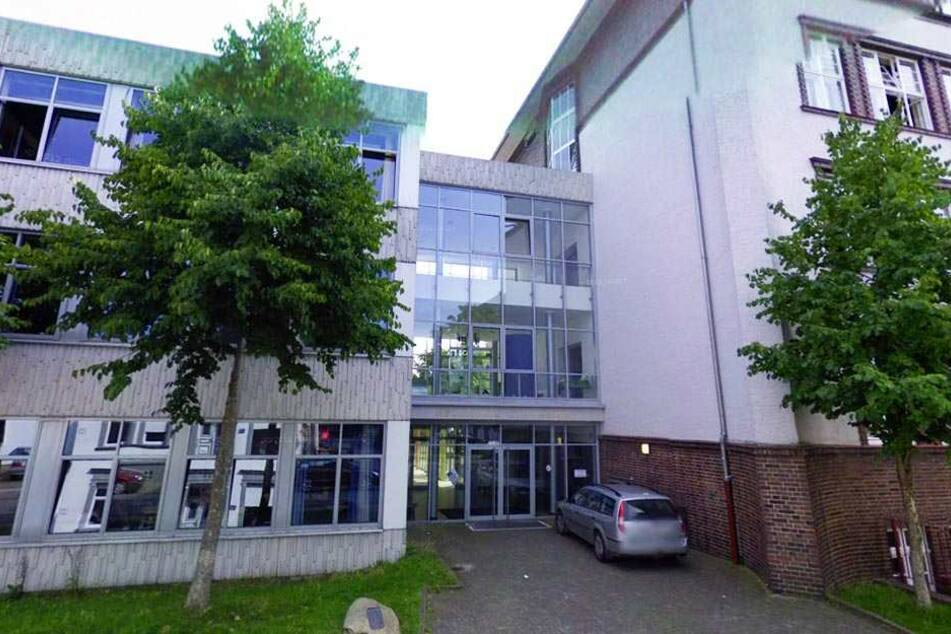 Seit 2010 ist das Helmholtz-Gymnasium eine Partnerschule des DSC Arminia Bielefeld. Die Wahl fiel auf die Schulen,da sie infrastrukturell und auch personell über beste Voraussetzungen für eine Kooperation verfügten.