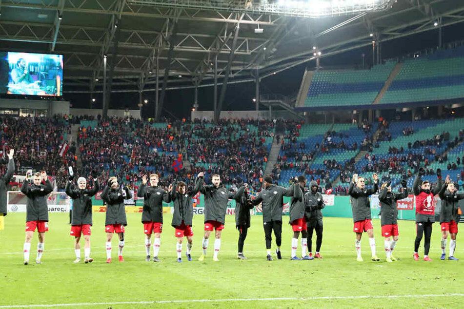 Nach einem temporeichen Auftritt und einem 1:0-Erfolg gegen Wolfsburg holten sich die RB-Kicker von den 21.135 Zuschauern den verdienten Applaus ab.