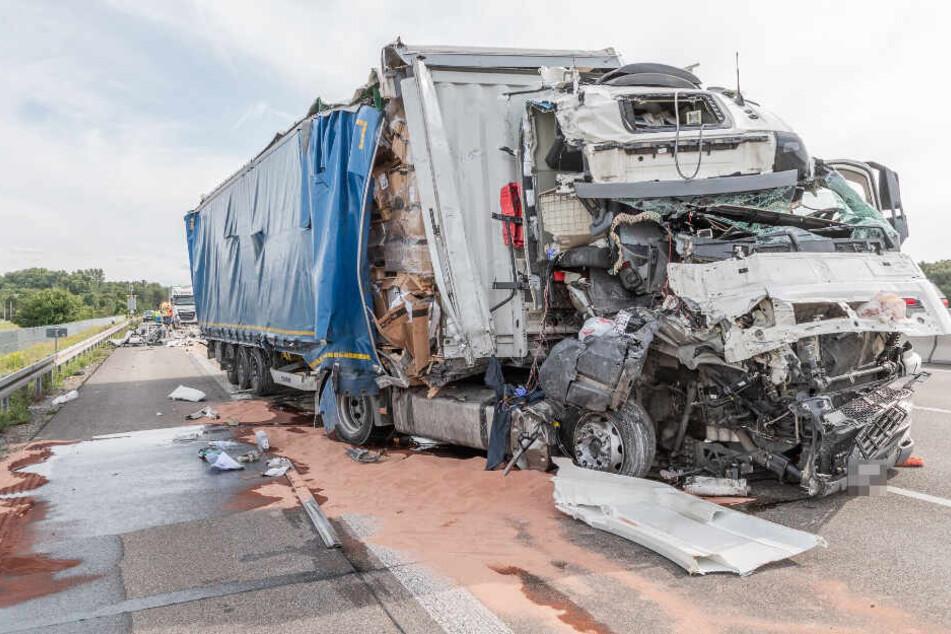 Das Lkw-Wrack des Unfallverursachers.