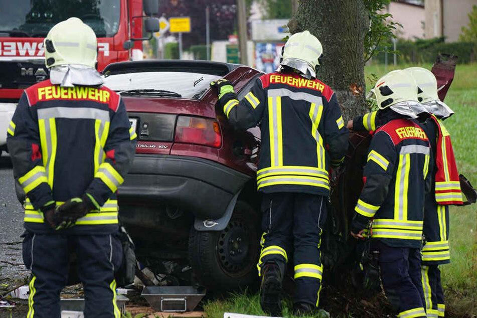 Das Fahrzeug raste auf der B96 gegen eine Baum.