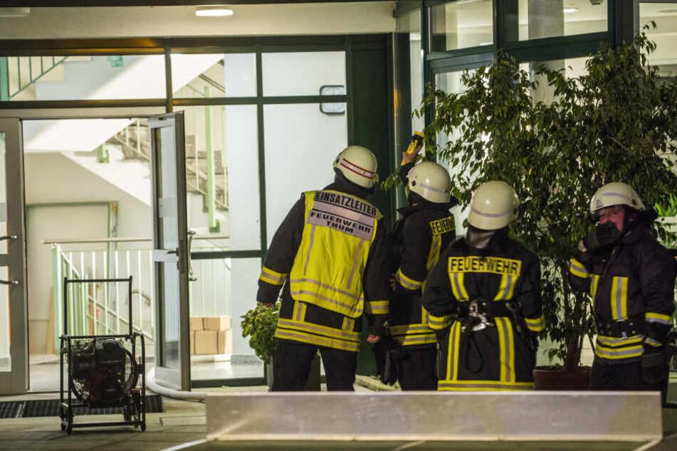 Zwei Atemschutztrupps wurden zur Brandbekämpfung ins Gymnasium geschickt.