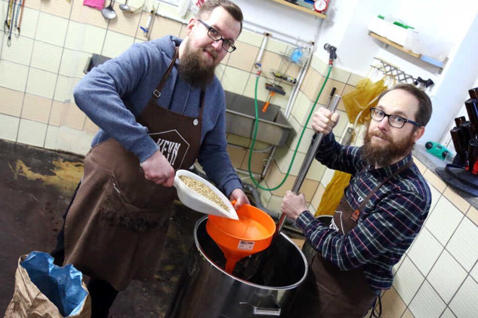 """Stefan Wäntig (l.) und Rico Püschel bereiten in der """"Kevin Brewery"""" den nächsten Braugang vor."""