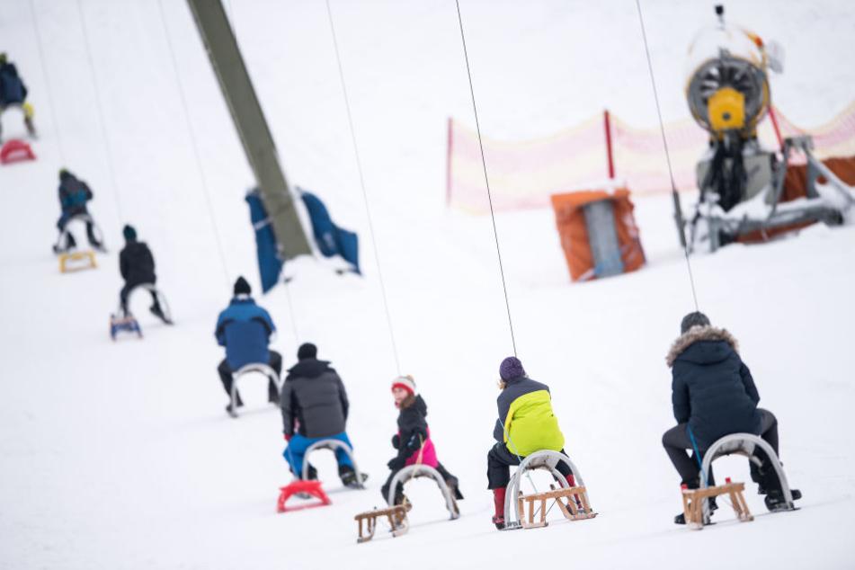 Die Ski-Lifte sind voll! Alle wollen zur Abfahrt.