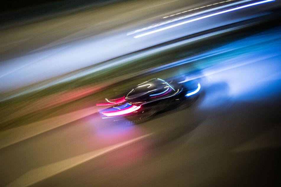 Ein Auto rast über die Autobahn (Symbolbild).