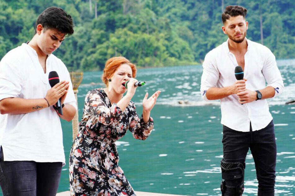 """Auch die Jungs haben sich schick gemacht: Joaquin Parraguez, Angelina Mazzamurro und Momo Chahine (v.l.) singen den Song """"When I Was Your Man"""" von Bruno Mars."""