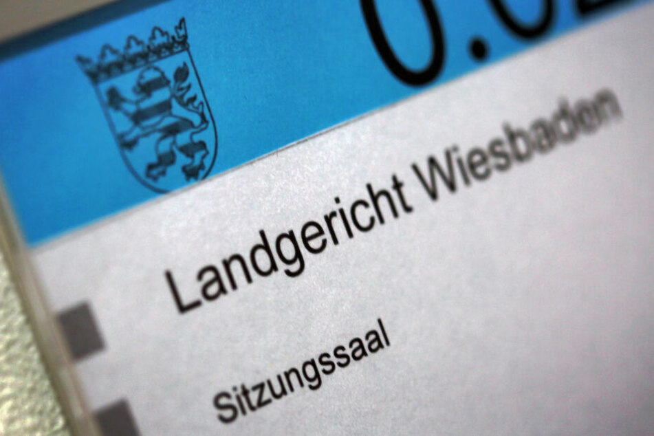 Der Prozess findet am Landgericht in Wiesbaden statt (Symbolbild).
