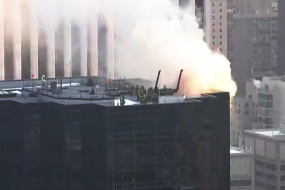 Rauch steigt aus dem Trump Tower auf. Die Brandursache ist noch unklar.