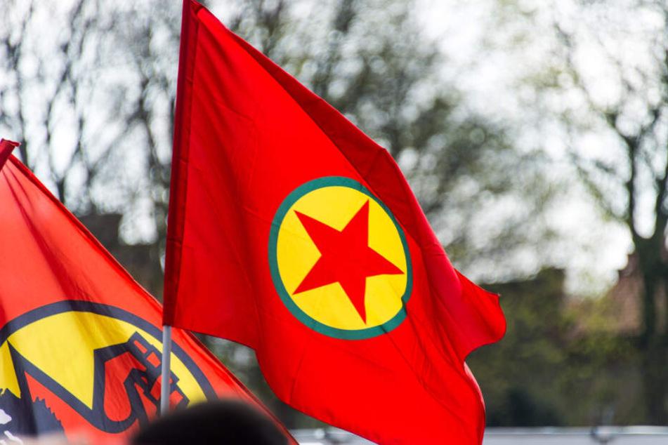 Das Originalfoto der PKK-Fahne wurde bei einer Demo in Hamburg aufgenommen und von der Deutschen Presseagentur verbreitet.