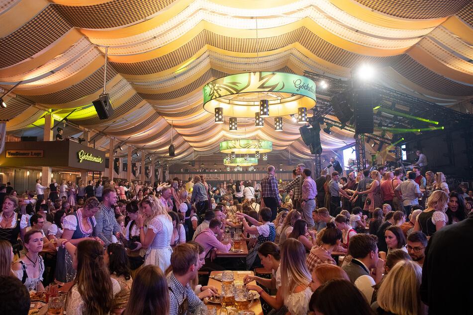 Große Festveranstaltungen wie Volksfeste oder Schützenfeste sind in NRW noch bis mindestens 31. Mai verboten. (Archivbild)