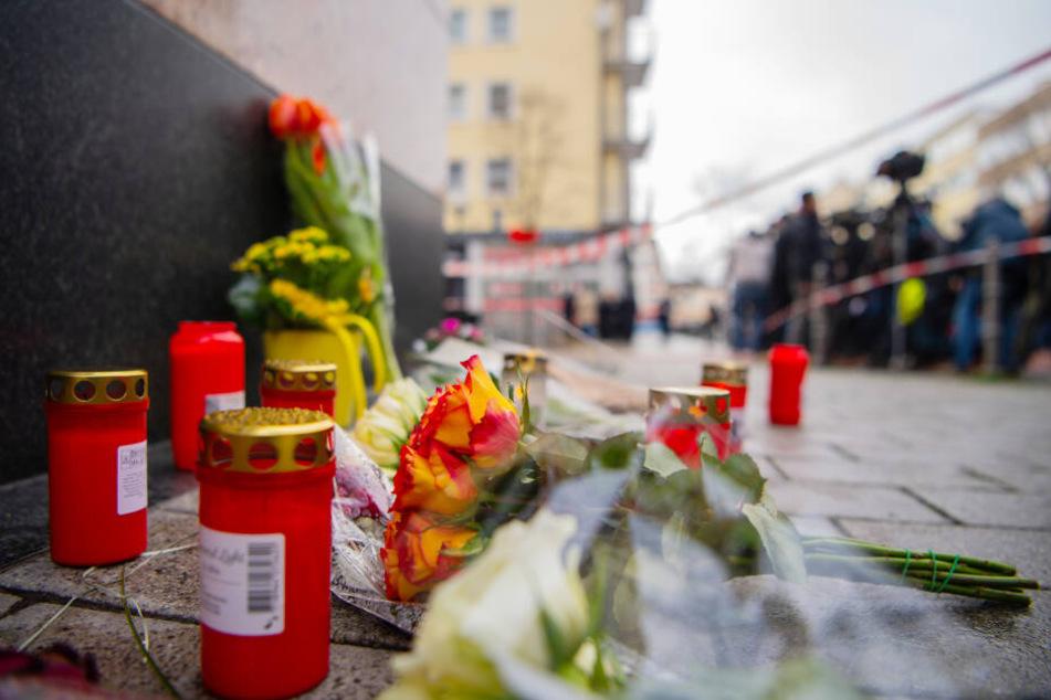 Blumen liegen in der Nähe eines Tatorts in der Hanauer Innenstadt.