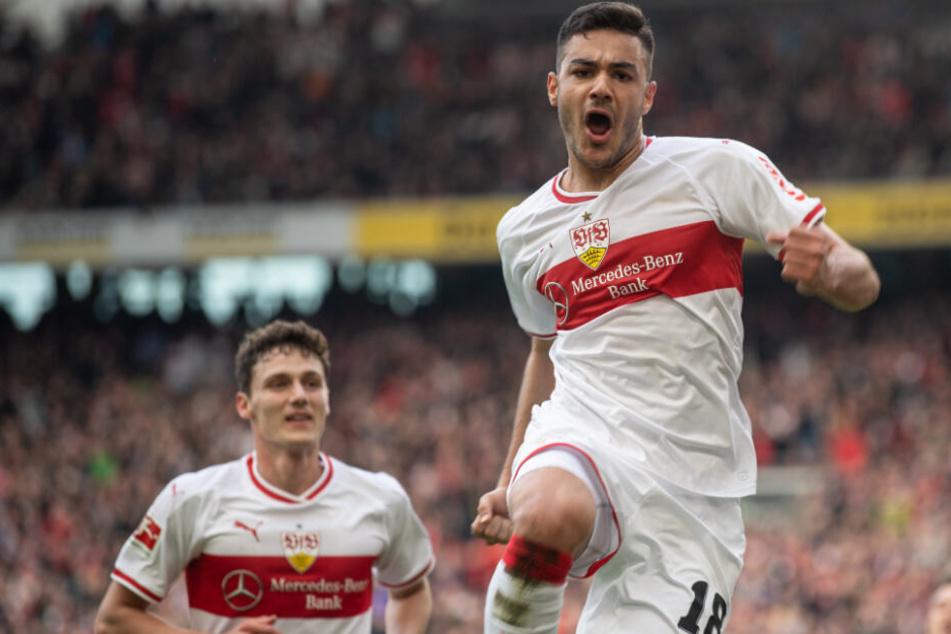 Ozan Kabak (r.) jubelt nach seinem 3:0-Treffer gegen Hannover 96. Im Hintergrund: Benjamin Pavard.